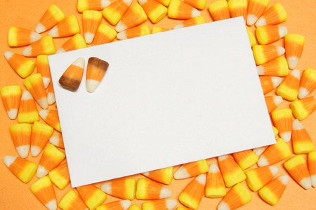 envelope decoration: Tarjeta de felicitaci�n en blanco en un cl�ster de ma�z dulces de Halloween
