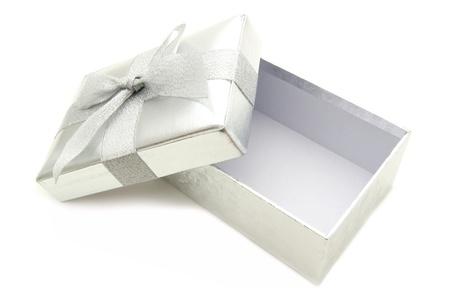 Geopend zilveren gift box met deksel en boog over wit