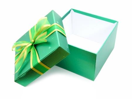 apriva: Aperto Gift Box con coperchio verde e nastro su bianco