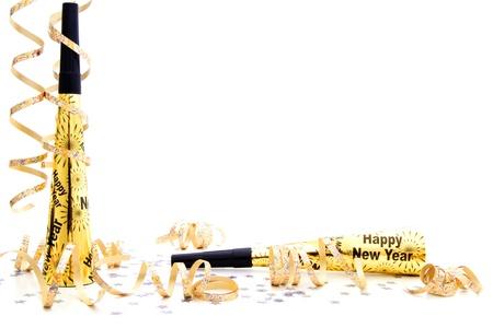 New Years Eve party noisemaker grens met confetti en slingers over een witte achtergrond Stockfoto