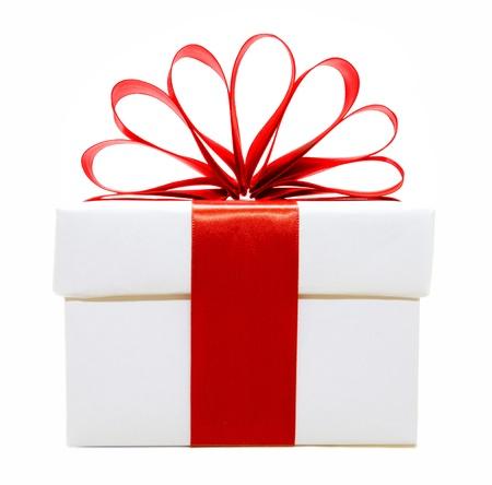 envolturas: Blanco caja de regalo de la Navidad con la cinta roja y arco aislado en blanco
