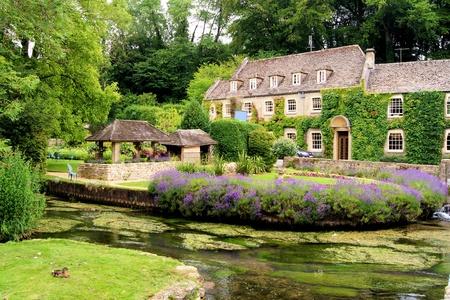 Malowniczy ogród w wiosce Bibury w Cotswold w Anglii