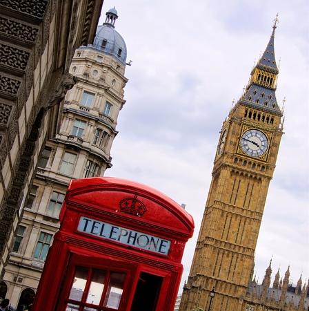 cabina telefonica: Tradicional caja roja de tel�fono Ingl�s con la torre del Big Ben Foto de archivo