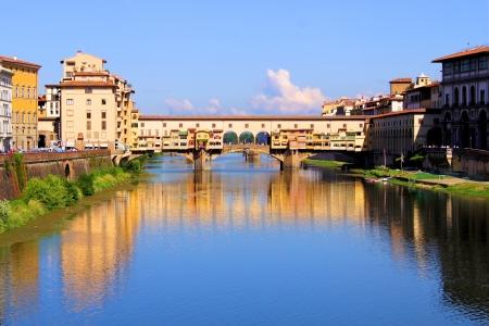 Blick hinunter auf den Fluss Arno zu Ponte Vecchio in Florenz, Italien