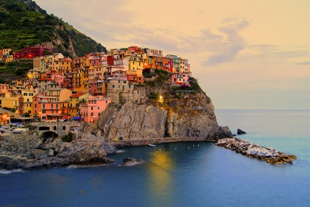 Village of Manarola, Italy on the Cinque Terre coast at sunset Imagens