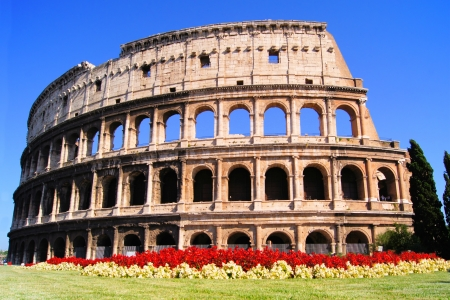 teatro antiguo: Famoso hito de Roma, el Coliseo, con flores, Italia