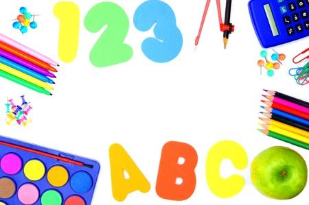 teaching crayons: Forniture scolastiche colorati disposti in una cornice su bianco