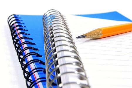 fournitures scolaires: Gros plan d'un crayon posé sur un ordinateur portable bobine, bordée d' Banque d'images