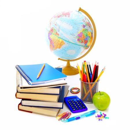 fournitures scolaires: Groupe des fournitures scolaires et divers articles sur un fond blanc
