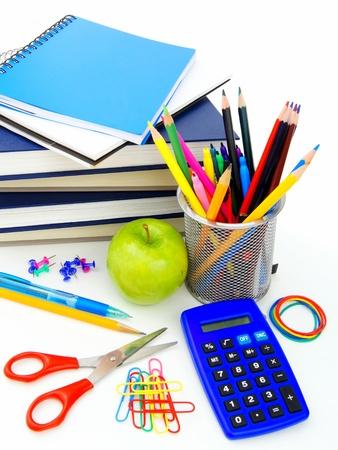 fournitures scolaires: Groupe de fournitures scolaires diverses et articles sur un fond blanc