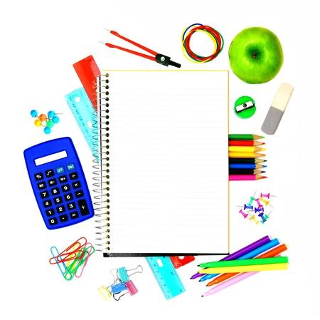 utiles escolares: Blanco abri� cuaderno con los suministros de colores que rodea la escuela