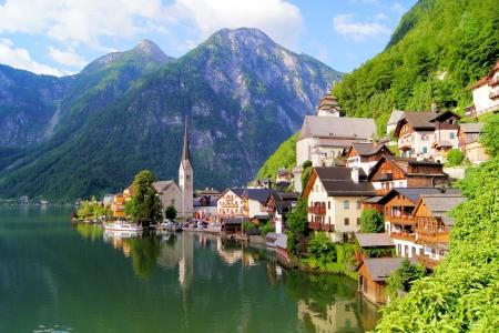 Famoso lago vista lateral del pueblo con Hallstatt Alpes detrás, Austria Foto de archivo