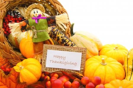 cuerno de la abundancia: Feliz tarjeta de Acci�n de Gracias y espantap�jaros entre un cuerno de la abundancia de verduras de oto�o