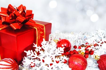 ギフト用の箱、つまらないもの、抽象的な背景が明るい赤と銀のクリスマス シーン
