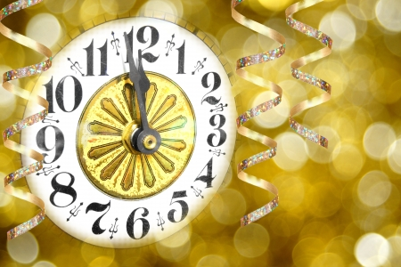 New Years Eve party - klok met slingers en abstracte lichte achtergrond