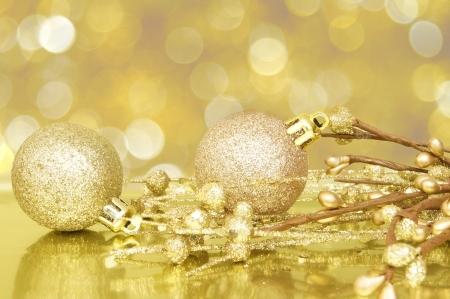 Or scène de Noël avec des boules et fond clair abstrait Banque d'images - 16324312