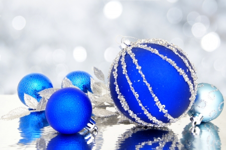 Blue Christmas baubles with twinkling light background Foto de archivo