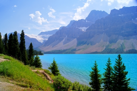 banff: Mountain view and clear blue waters of Bow Lake, Banff National Park, Canada