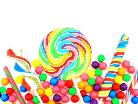 Kleurrijk assortiment van snoep die een grens over wit