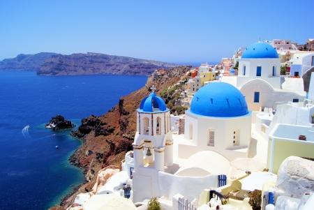Églises bleues et blanches de village d'Oia, Santorin, Grèce