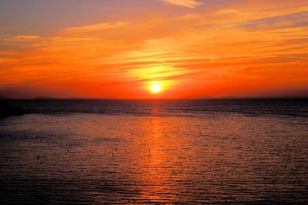 wschód słońca: Piękny widok na zachód słońca nad morzem z Sorrento, Włochy Zdjęcie Seryjne