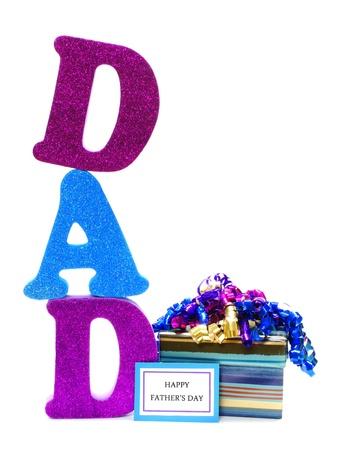 Glanzende letters spelling DAD met geschenkdoos en gelukkige Dag van Vaders tag