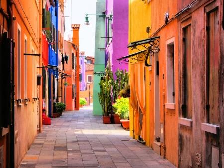 case colorate: Strada colorato a Burano, vicino a Venezia, Italia