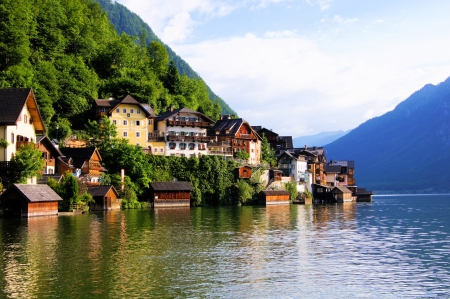 austrian village: Traditional lakeside houses of the village of Hallstatt, Austria