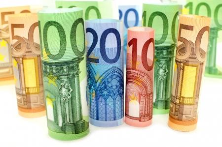banconote euro: Gruppo di varie banconote in Euro laminati su uno sfondo bianco