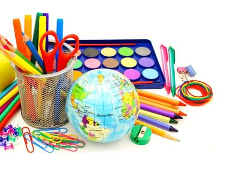 utiles escolares: Colorida colecci�n de diversos art�culos escolares sobre blanco