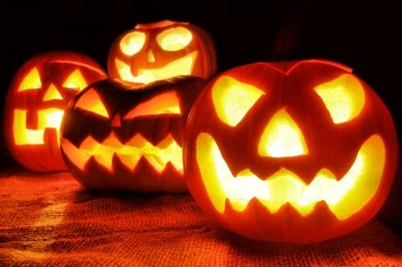 Groupe de sinistre Halloween Jack o lanternes allumées la nuit
