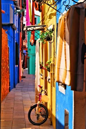イタリア、ベニス、ブラーノ島で活気に満ちた、カラフルなストリート