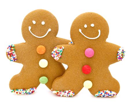 galletas de jengibre: Dos hombres de pan de jengibre de Navidad sobre un fondo blanco Foto de archivo