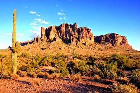 スーパースティション山地と夕暮れ時にアリゾナ州の砂漠 写真素材