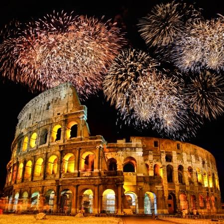 roma antigua: Colosseum famoso de Roma por la noche con fuegos artificiales Foto de archivo