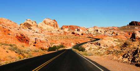 風光明媚な渓谷のファイアー州立公園米国ネバダ州を通る道路 写真素材