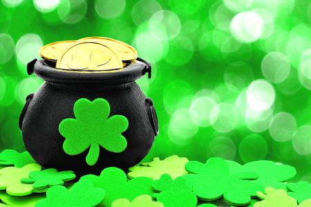 St パトリック日ポットの金と緑の背景の上の shamrocks 写真素材