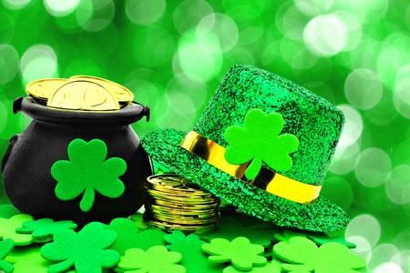 St Patricks Day Pot of Gold, hoed en klavers op een groene achtergrond Stockfoto