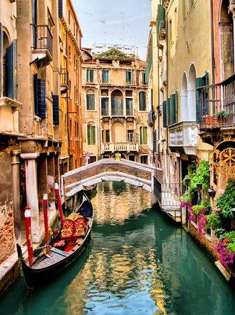 hdr: Canal pittoresque avec gondole, Venise, Italie Banque d'images