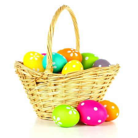 canestro basket: Pasqua cesto pieno di uova colorate su uno sfondo bianco
