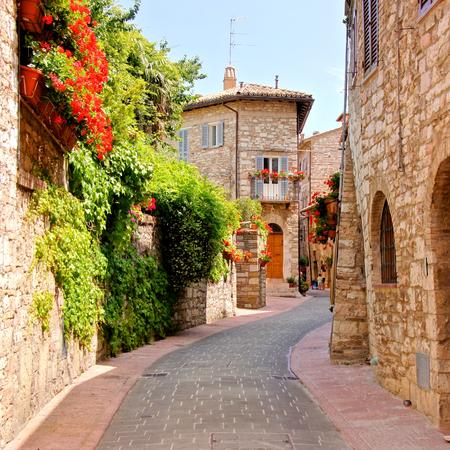 イタリア、アッシジの町の通りを並んで花