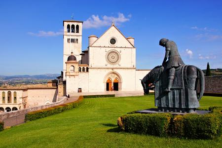 有名な大聖堂の St Francis、イタリア、アッシジの正面図