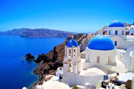 Scène classique de Santorin avec de célèbres églises dôme bleu, la Grèce Banque d'images