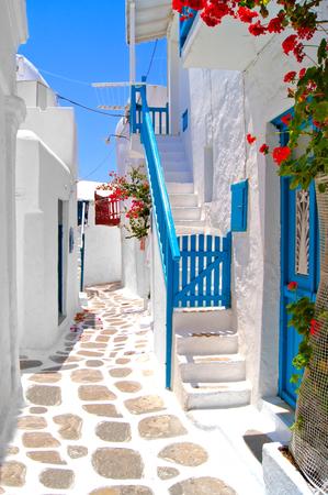 Calles blancas hermosas de Mykonos, Grecia Foto de archivo - 27359540
