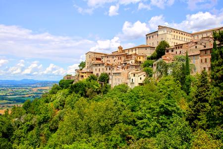 Vista sopra la vecchia città di Todi, Umbria, Italia