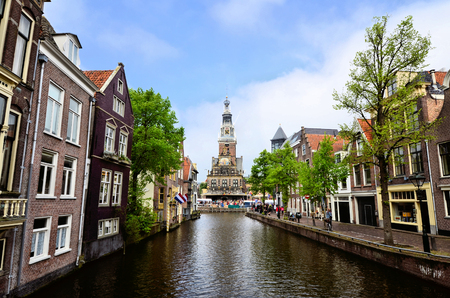 Bekijk onderaan een gracht in de oude binnenstad van Alkmaar naar de Waag, Nederland