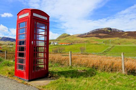 cabina telefonica: Cabina de British rojo clásico teléfono en el campo de la isla de Skye, Escocia Foto de archivo