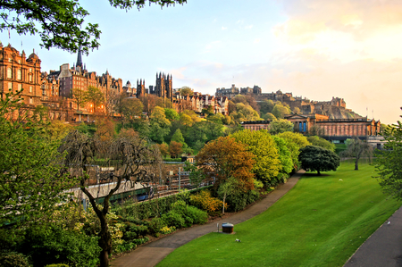 Vue sur le vieil Édimbourg, en Écosse au coucher du soleil de Princes Street Gardens
