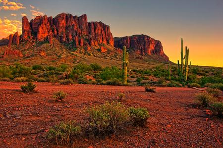 Atardecer vista del desierto y las montañas, cerca de Phoenix, Arizona, EE.UU. Foto de archivo