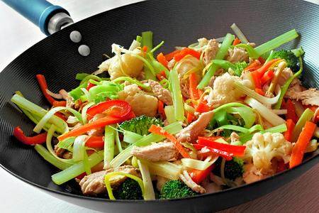 냄비에 혼합 된 야채와 닭 튀김 볶음